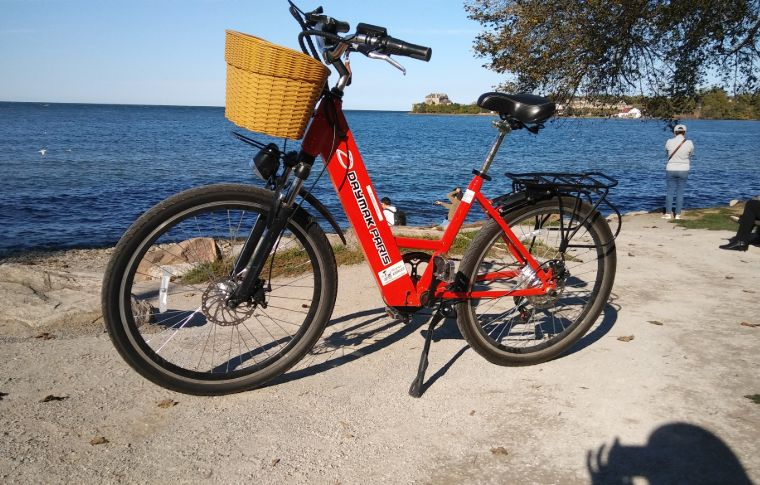 A bike in front of Lake Ontario.